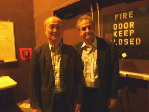 公演終了後、楽屋でコミンズ先生とご一緒に観劇した徳島大の吉田敦也教授