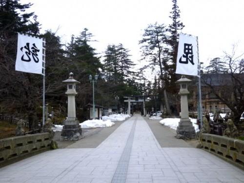 隣地の上杉神社参道