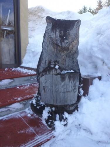 入口はクマの木彫りが歓迎!