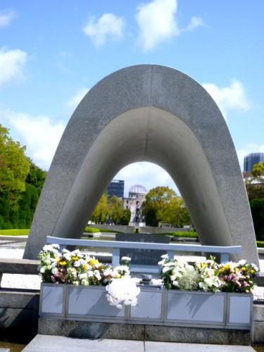 記念碑から見る「平和の灯」、「原爆ドーム」