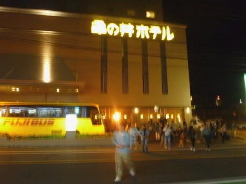 深夜午前2時頃、ホテルから向いの駐車場に避難する宿泊客