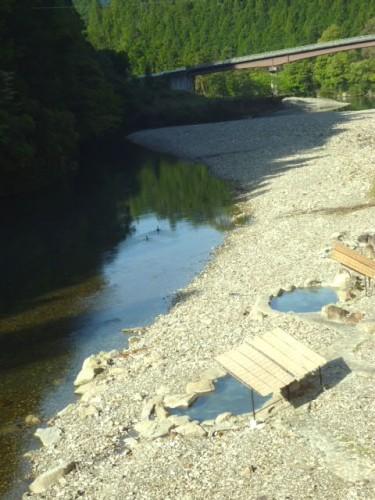 この日の宿泊は奥熊野川湯温泉、河川敷の露天風呂