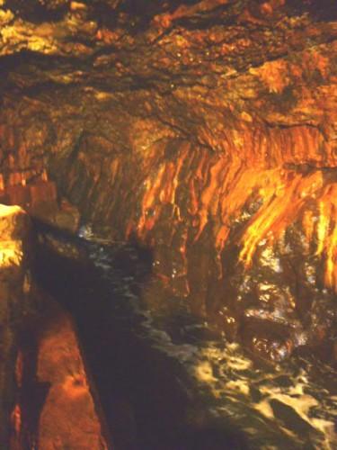 奥まで続く洞窟