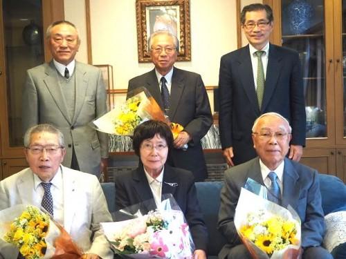 前列左から金川理事、大塚理事、飯塚理事、後列中央の秋野副理事長