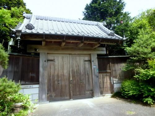 川口家の正面の門