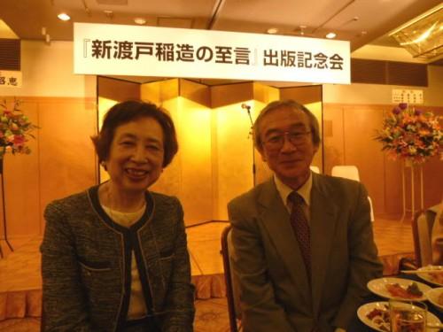 著者のお一人・藤井茂さん(右)と東京女子大学・小野祥子学長