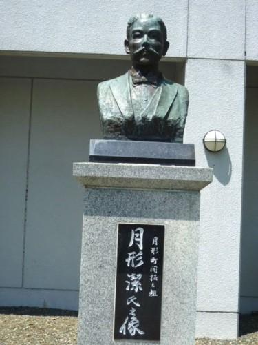 月形潔の銅像
