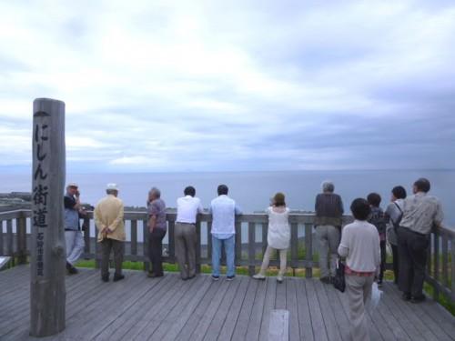 どんより曇った日本海を名残惜しそうに見て