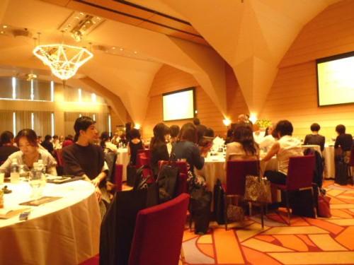会場は300人の参加者で満席、99%が女性!