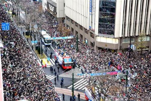 4丁目交差点付近、今年は14万人のファンが応援!!
