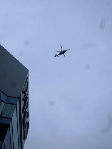 上空のヘリ、ものすごい騒音!