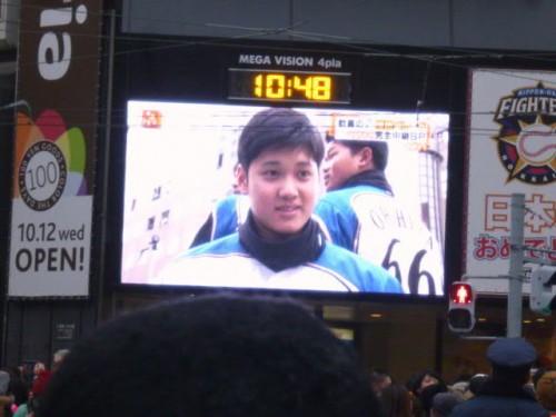 二階建てバスの中でマスメディアのインタビューに応じる大谷翔平選手