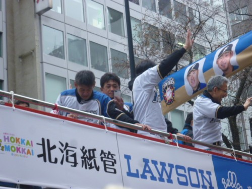 2016年11月20日札幌での優勝パレード、バス上右側・白井一幸コーチ