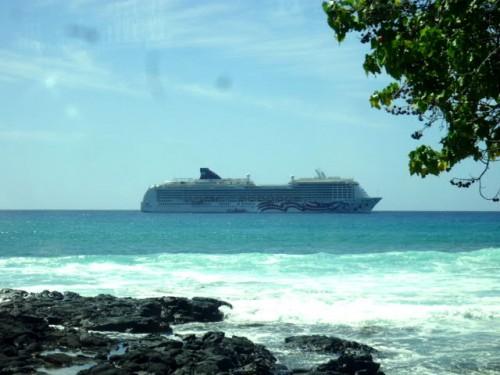 ハワイ島コナ沖の停泊中のPOA