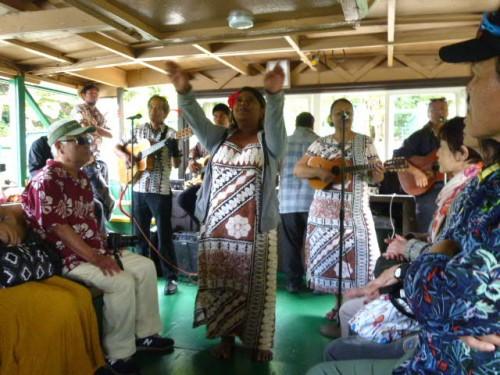 ボートの上でハワイアンとフラダンス