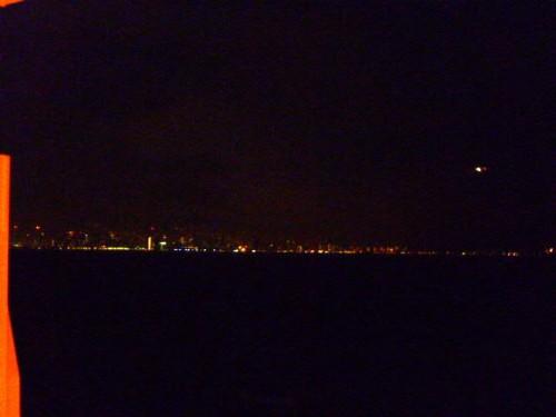 ホノルルのダウンタウンの灯を見ながら