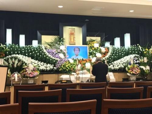 ご遺影は昨年6月の「秋山財団30周年記念の集い」の時のもの