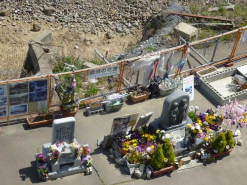 慰霊の碑とたくさんの供花