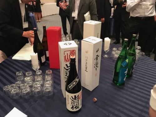 会場ロビーのテーブル上には一升瓶の数々!