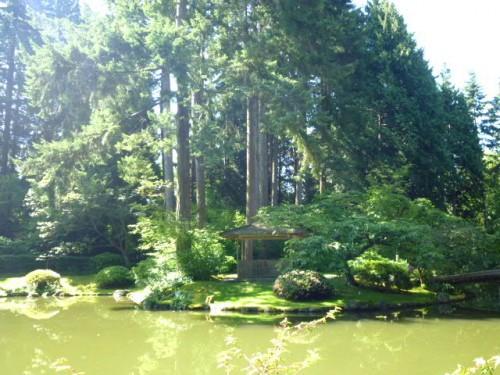 橋の左側は地元の樹種で北米大陸をイメージ