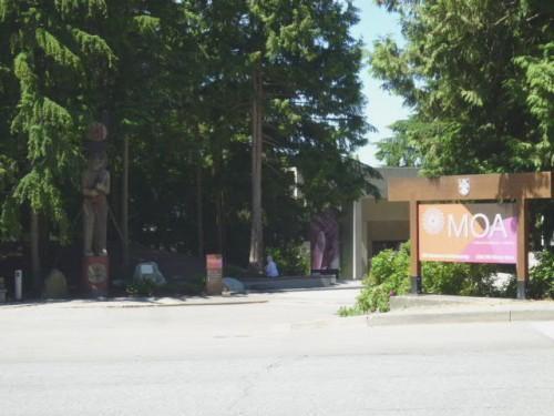 UBCの新渡戸記念庭園斜め向かいに「MOA」玄関