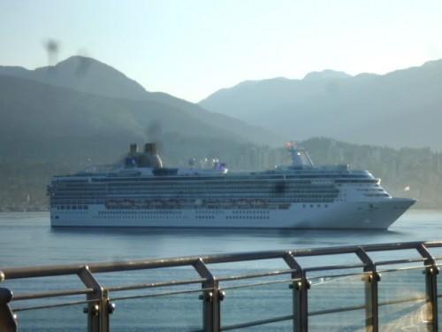 大型客船も着岸間近