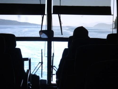 ヴィクトリア港に着岸間近、出口の扉も開き
