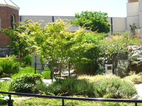 中庭に「新渡戸稲造記念庭園」が拡がる