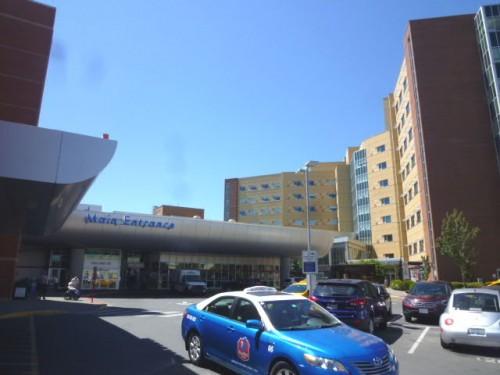 現在の正面玄関と左は救急外来入口