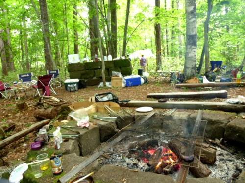 昼食も終えての拠点キッチン・カマドの残る火