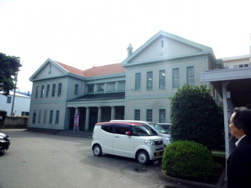 門奥の同窓会館