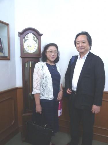 階段踊り場の振り子時計で伊部副会長と松岡会長