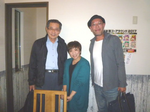 小島達子さん(中央)、納谷真大さん(右)と