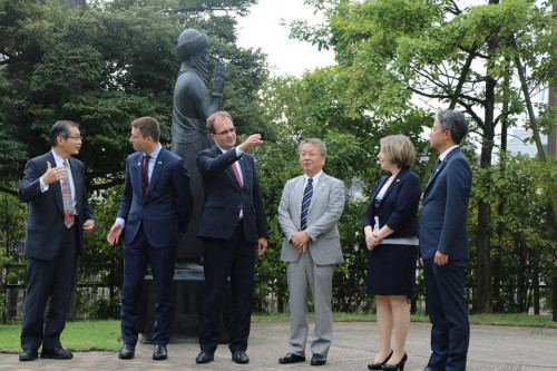 中央が事務次官、その右がパラノビチ駐日大使、左が田中大輔中野区長、出井区議会議長