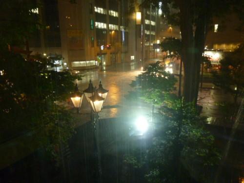 外は激しい雷雨
