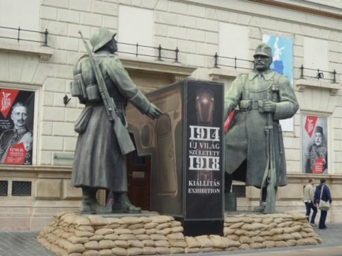 隣は歴史博物館 前の像二体はプラスティック製の一時展示とか