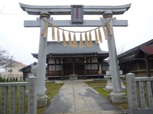 バイパス建設で移設された神社には秋山家の名前が
