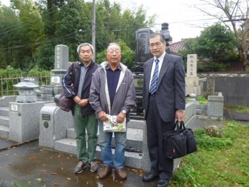 四街道教育委員会の方(左)、秋山二郎さま(中央)、私