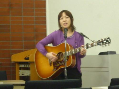 開始間に「SDGsの唄」の作詞・作曲者によるライブ