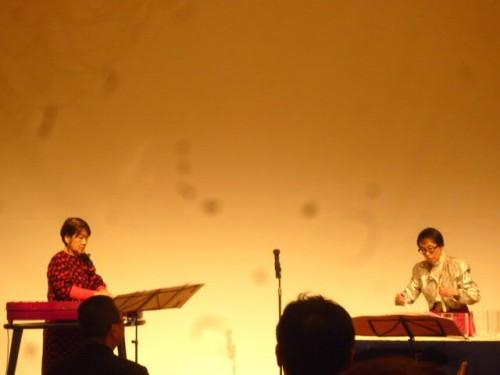 カンテレ(左)佐藤美津子さん、クリスタルボウル(右)尾藤弥生さん