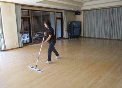 一階ミニホールの床磨き