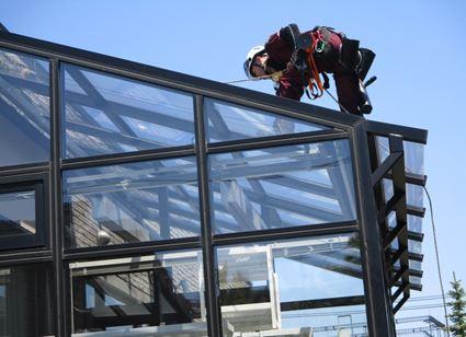 温室の屋根のガラス磨き
