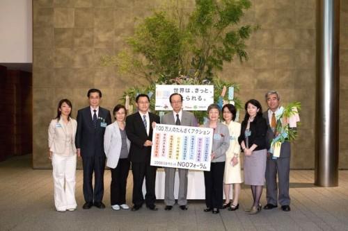 懐かしい首相官邸での写真(日本のNGOの代表の方々と)