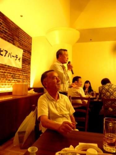 愛生舘支部長の久保田忠克さん(手前)と挨拶する現役の佐藤信博さん