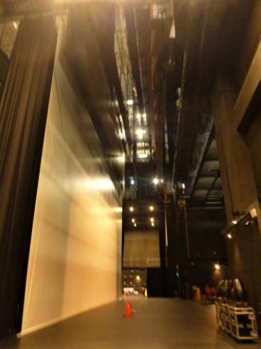 ステージ奥のスクリーンと裏舞台