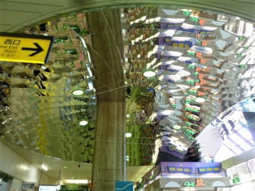 駅ロビーの天井が幻想的