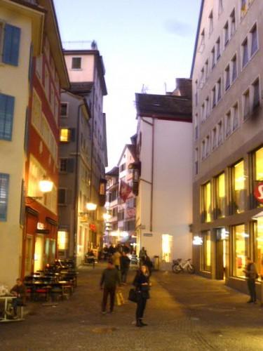チューリッヒの旧市街の夕暮れ
