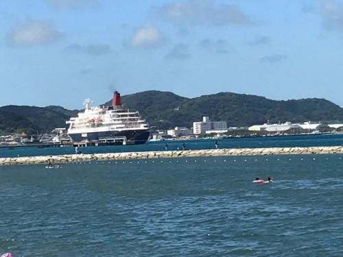桟橋に係留する観光ツアークルーズ船