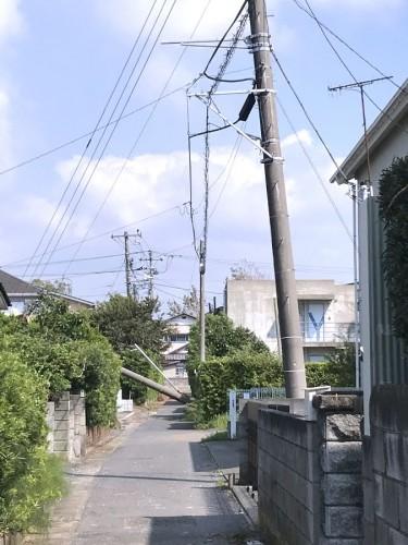傾く電柱、倒壊した電柱