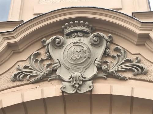 それぞれの家の門の上にはロゴ!